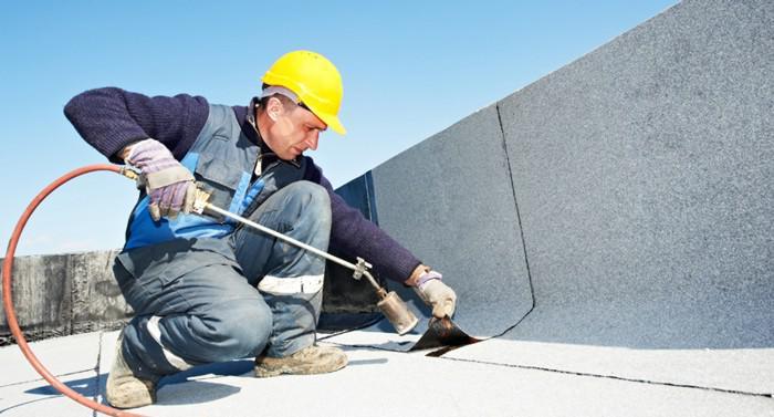 Técnico trabajando en mantenimiento de edificios