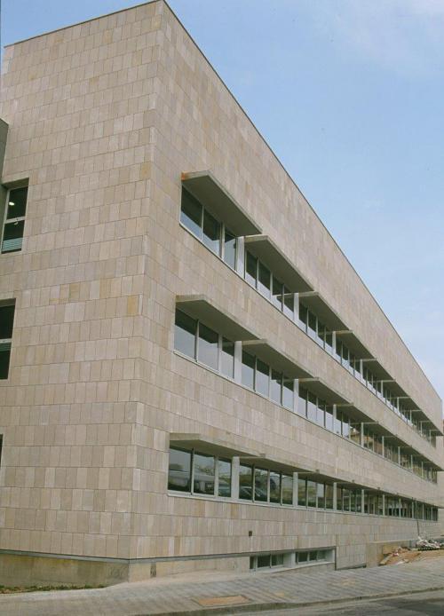Edificio Juzgados Figueras con sistema de fachada ventilada · Sistema Masa