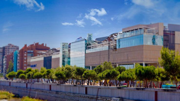Portico caliza centro comercial Plaza Rio 2 fachada ventilada · Sistema Masa