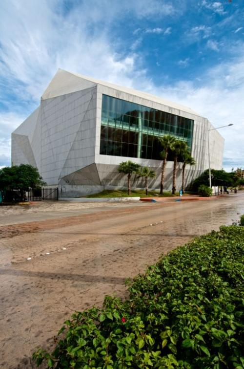 Fachada con aplacado de piedra - Sistema Masa - pabellón cultural de la república, edificio Los Cabos