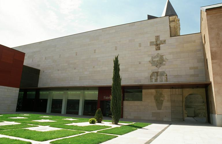 Fachada con aplacado de piedra - Sistema Masa - Convento de san agustín