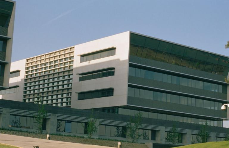 Edificio oficinas Sant Cugat con sistema de fachada ventilada · Sistema Masa