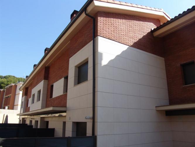 Vivienda Unifamiliar Castelldefels con sistema de fachada ventilada · Sistema Masa