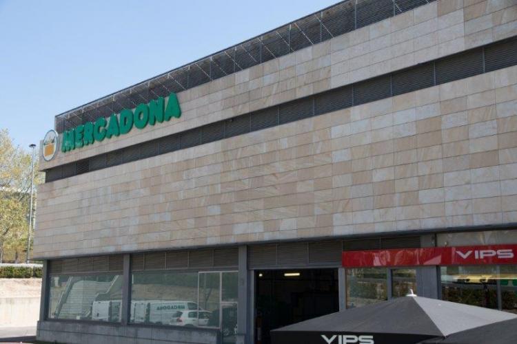Centro Comercial El Palmeral con sistema de fachada ventilada · Sistema Masa