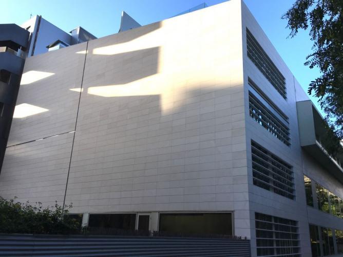 Caliza Capri con fachadas ventiladas de Sistema Masa
