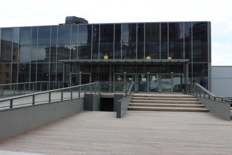 Muro trinkete Polideportivo Azken Portu con fachada ventilada - Sistema Masa