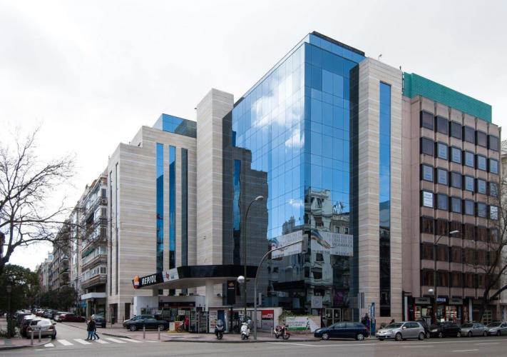 Edificio oficinas Goya con fachadas ventiladas de Sistema Masa
