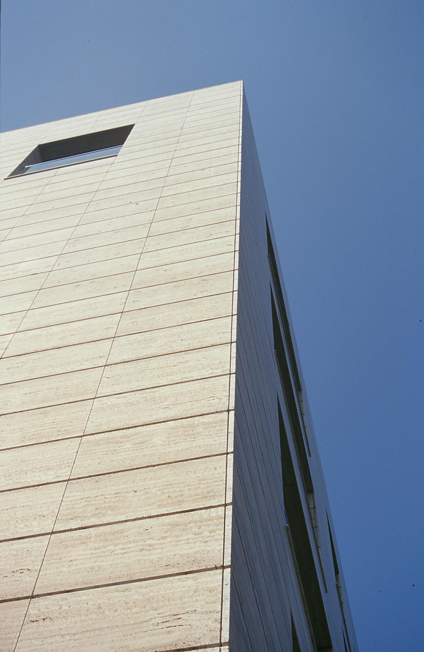 Revestimiento de fachadas. Sistema Masa. Edificio Via Augusta