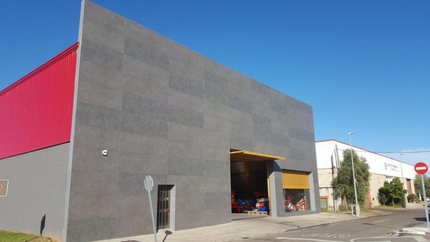 Rehabilitación Nave Industrial Aiguaviva con fachada ventilada de Sistema Masa