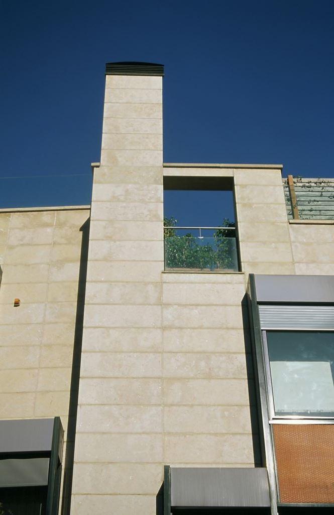 Edificio plurifamiliar Can Caralleu con fachadas ventiladas de Sistema Masa