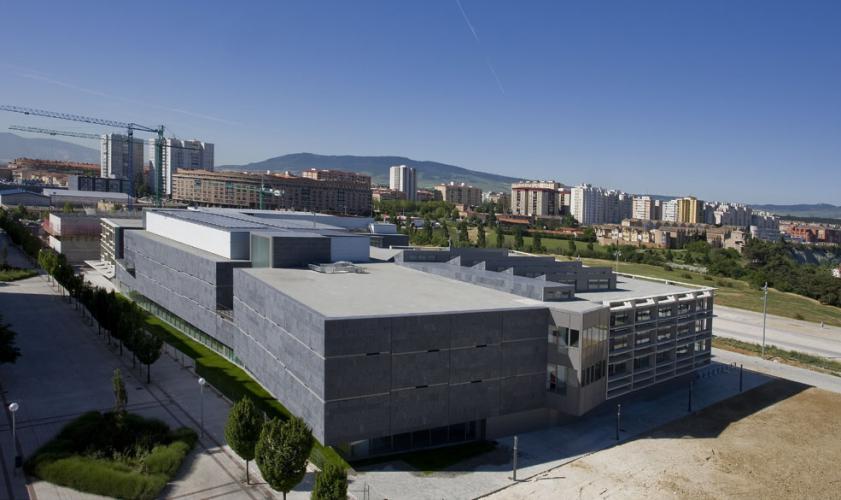 Biblioteca General de Navarra con fachada ventilada de Sistema Masa