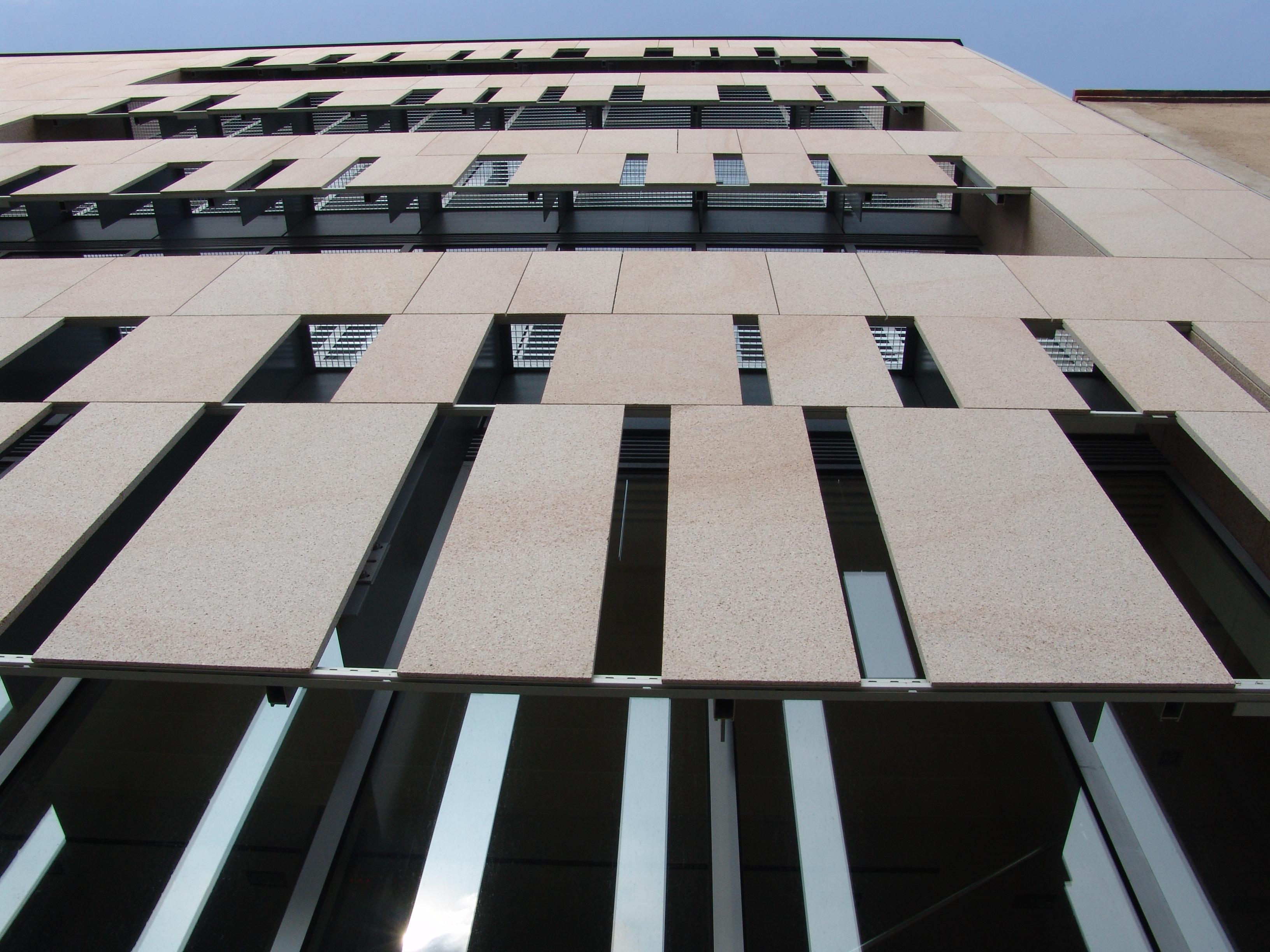Sistema Masa • Edificio Colegio de Abogados de Gerona • fachada ventilada con aplacado de piedra