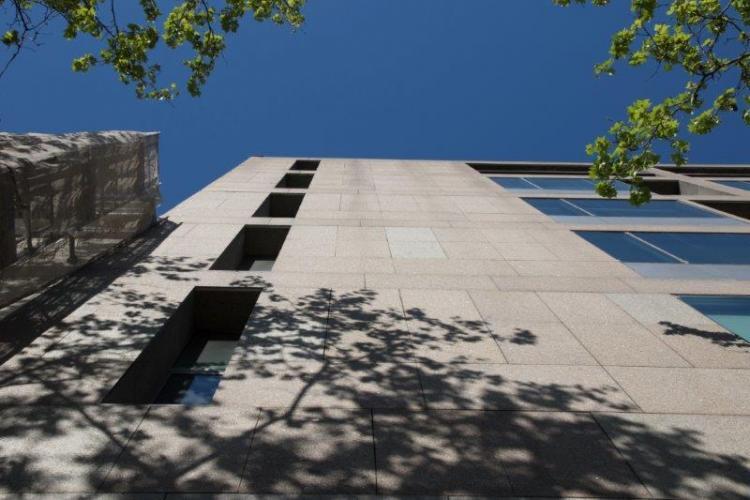 Edificio oficinas Alfonso XII con fachadas ventiladas de Sistema Masa