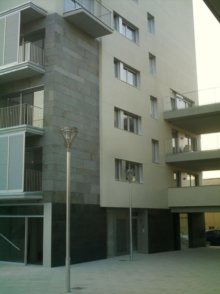 Edificio plurifamiliar Baldrich con fachadas ventiladas de Sistema Masa
