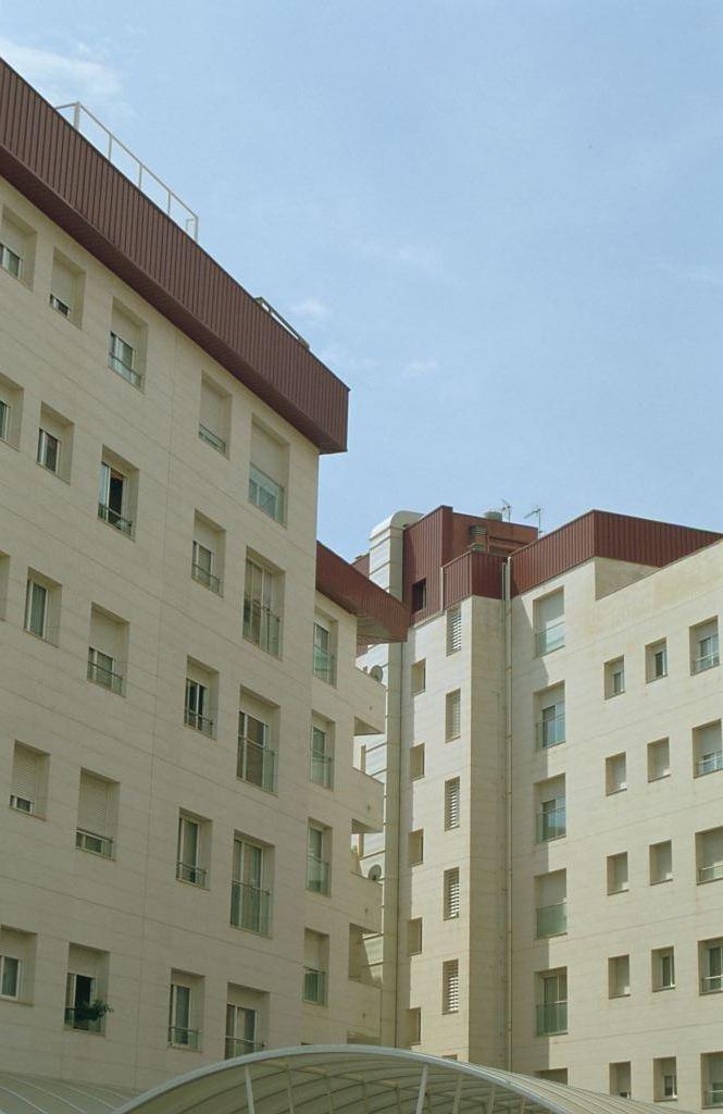 Fachada ventilada con revestimiento en caliza Crema - Sistema Masa