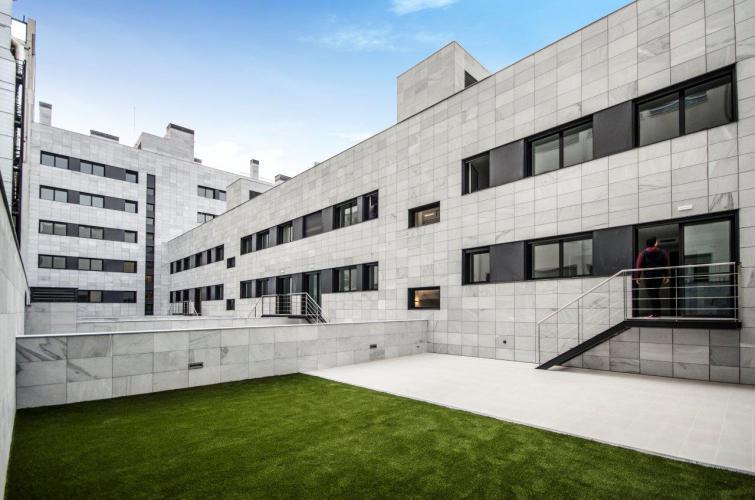 Edificio plurifamiliar Travessera con fachada ventilada de Sistema Masa