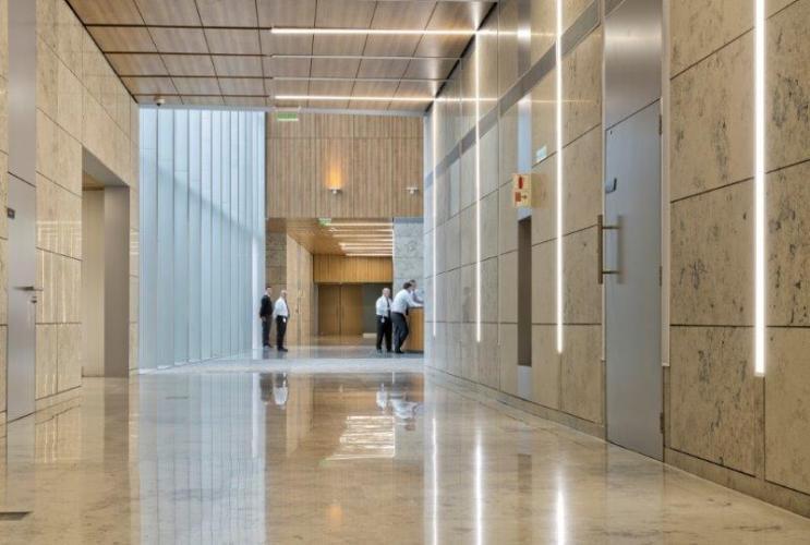 Oficinas Banco Galicia con fachadas ventiladas de Sistema Masa