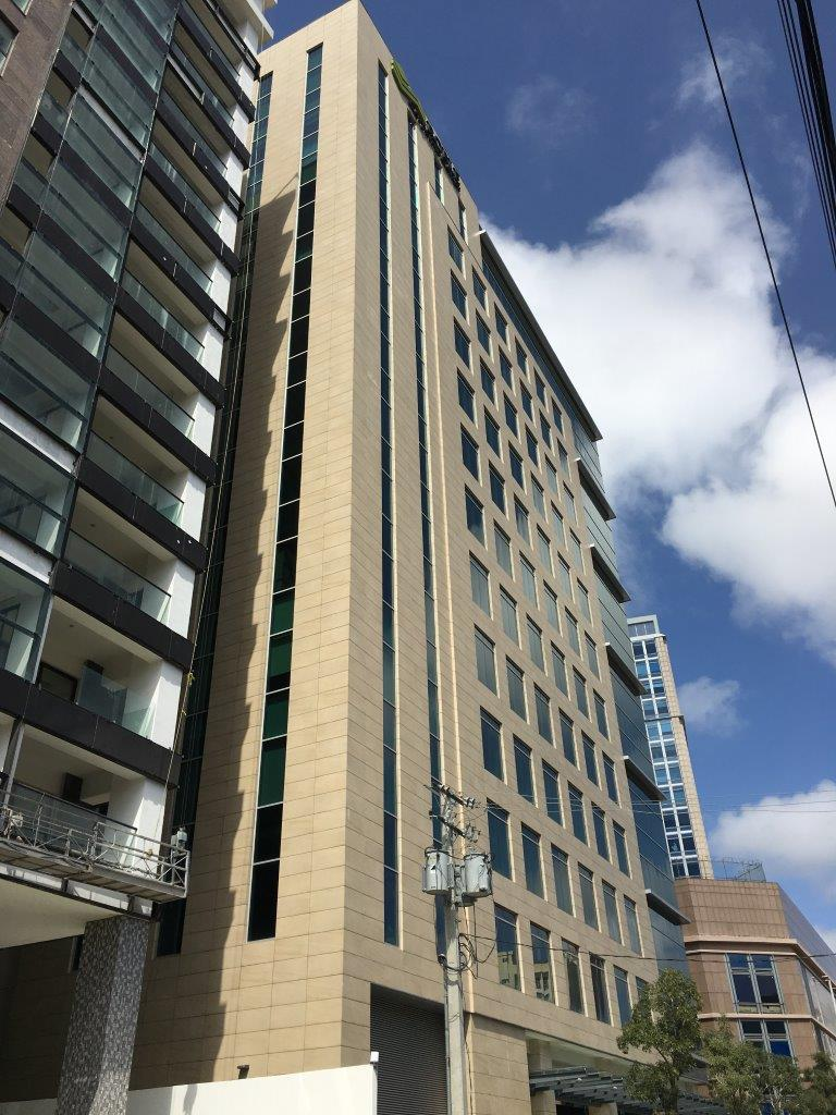 Roble Corporate Center con fachada ventilada Sistema Masa