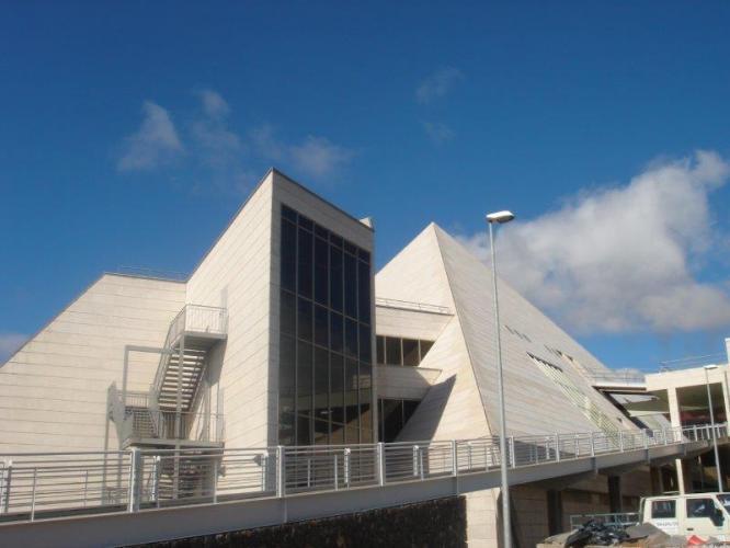 Facultad de Ciencias Políticas, Sociales y de la Comunicación de la Universidad de La Laguna con fachadas ventiladas de Sistema Masa