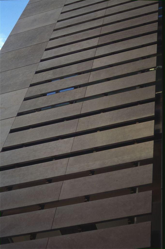 Edificio oficinas Via Augusta con fachadas ventiladas de Sistema Masa