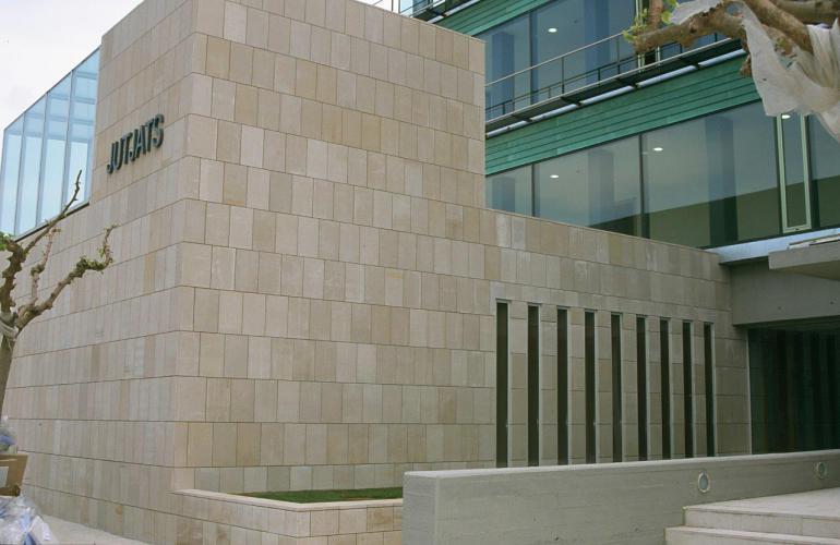 Edificio Juzgados Figueras con fachadas ventiladas de Sistema Masa