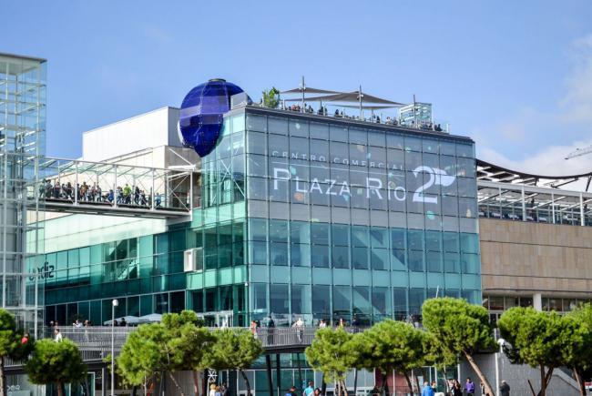 Portico caliza centro comercial Plaza Rio 2 con fachada ventilada de Sistema Masa