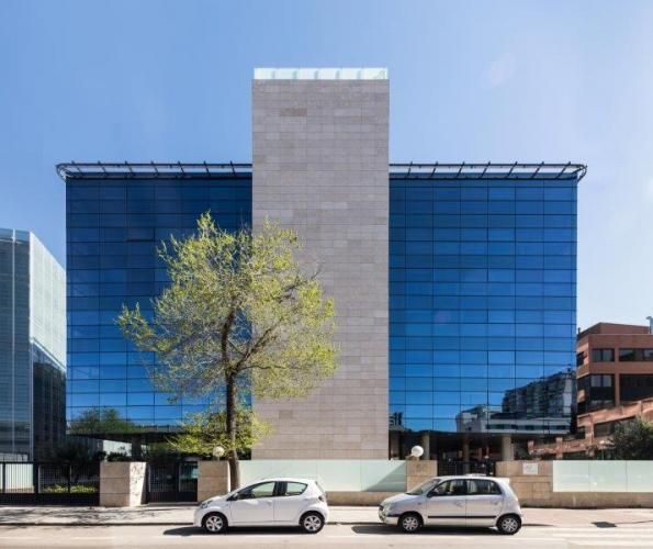 Edificio de Oficinas Torrelaguna con sistema de fachadas ventiladas · Sistema Masa