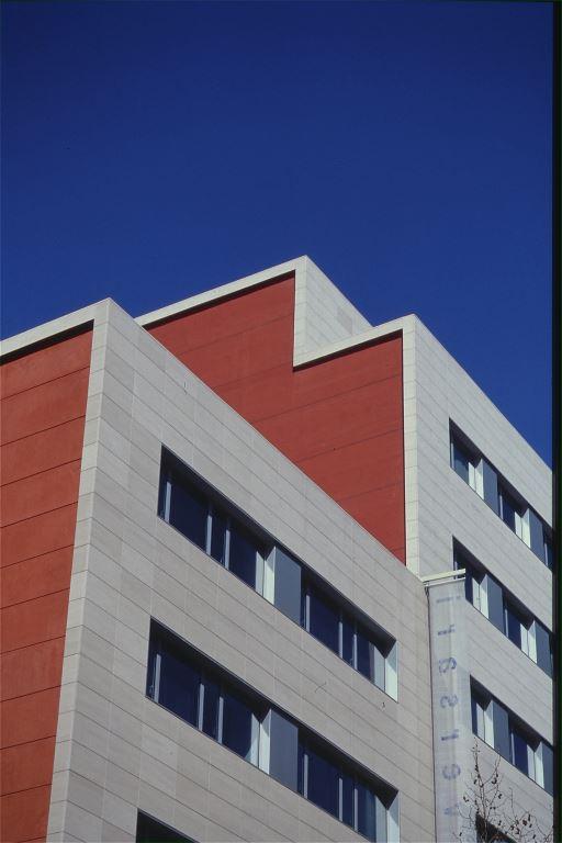 Sede CDC Corcega con fachadas ventiladas de Sistema Masa