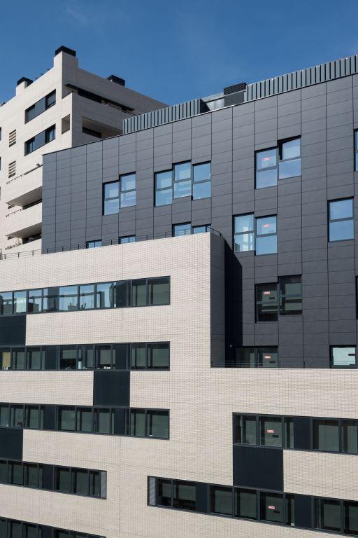 Edificio oficinas Pere IV con fachada ventilada - Sistema Masa