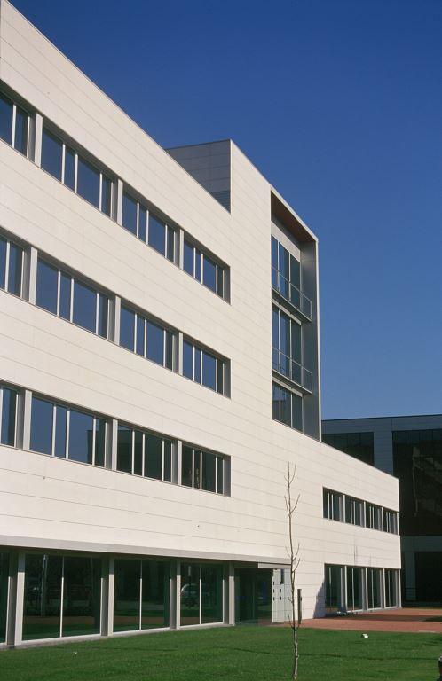 Edificio oficines Muntades II con fachadas ventiladas de Sistema Masa