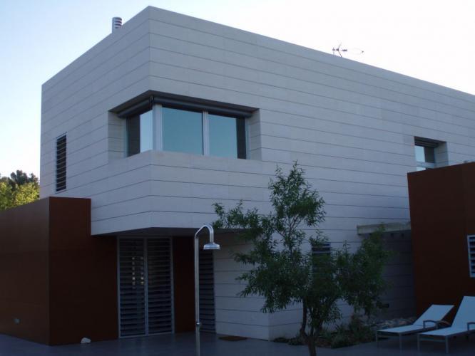 Vivienda Unifamiliar Viladecavalls con fachadas ventiladas de Sistema Masa