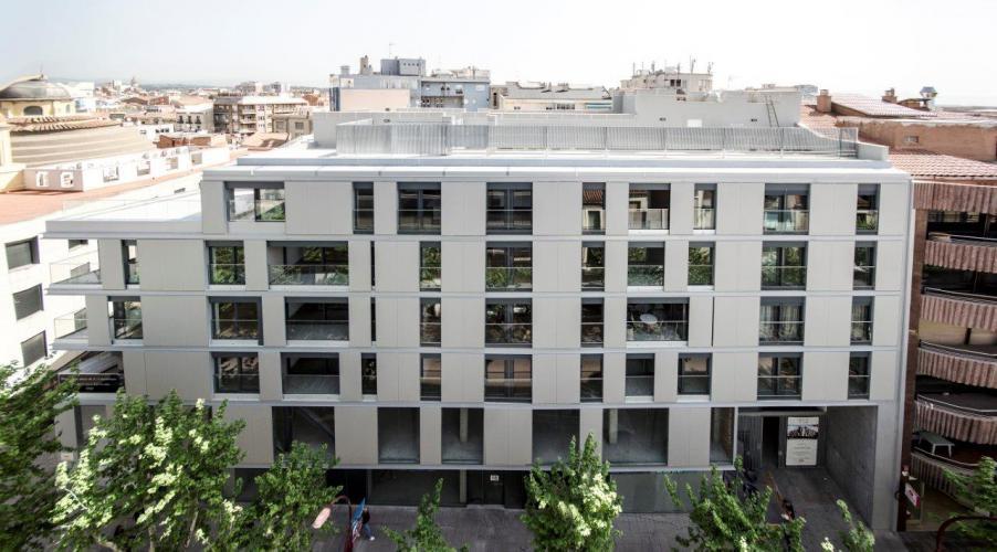 Edificio plurifamiliar Rambla con fachada ventilada de Sistema Masa