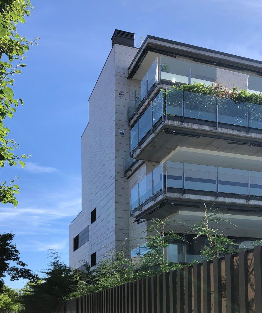 Edificio plurifamiliar Sant Cugat del Valles con sistema de fachada ventilada · Sistema Masa