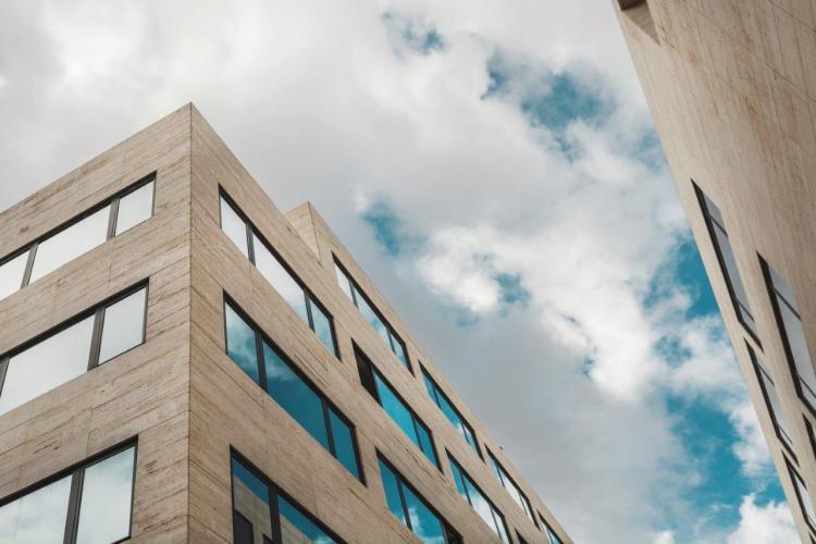 Edificio Grupo Oceano con fachadas ventiladas de Sistema Masa