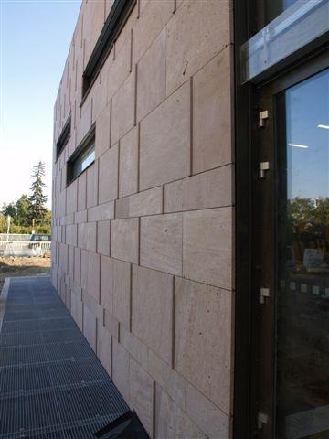 Facultad de Tecnología de la Información con fachadas ventiladas de Sistema Masa